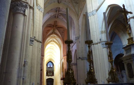 L'orgue vu du fond de la nef, à plus de 80 mètres de distance