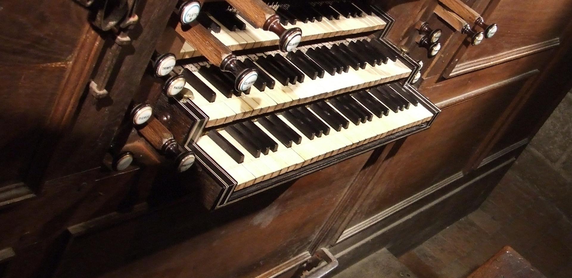 Console de l'orgue, avec le pédalier à la française (d'origine)