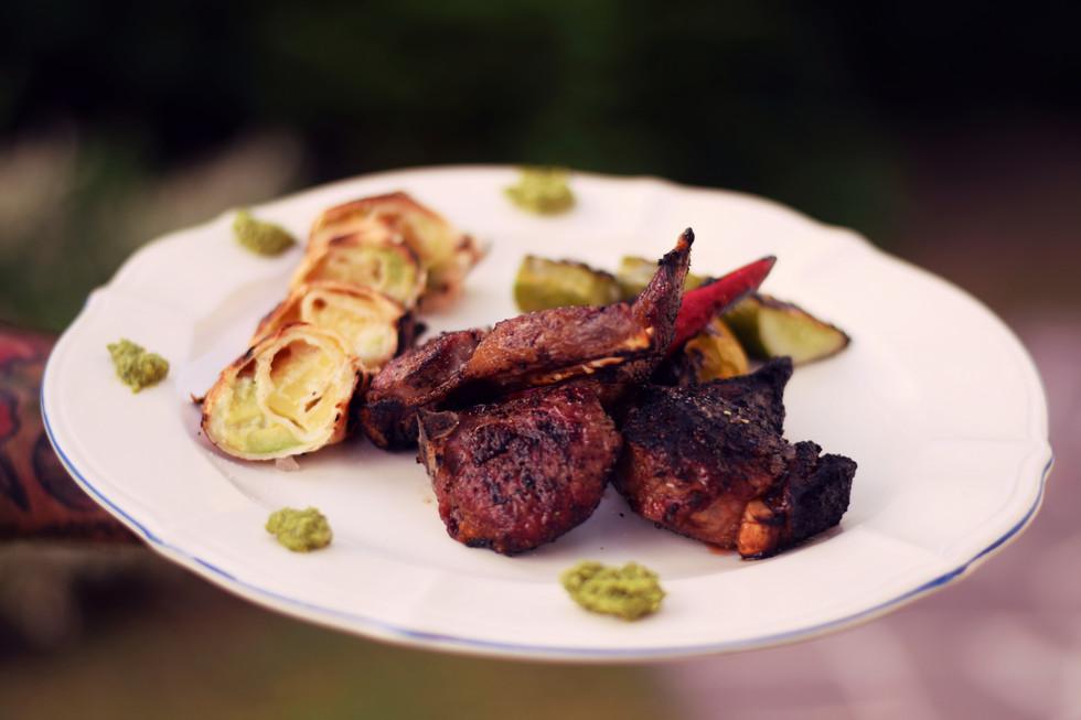Grillspecial: Koteletts vom Lammrücken mit Avocado-Quesadillas und Rucolapesto