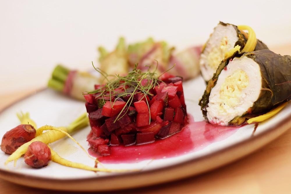 In Mangold gerollte Hendlbrust mit Prinzessböhnchen und Rote Rüben Ratatouille, dazu Karamellbalsamico