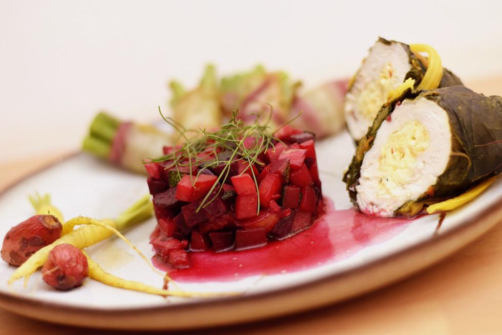 In Mangold gerollte Hendlbrust mit Prinzessböhnchen und Rote Rüben Ratatouille, dazu Karamellbalsami