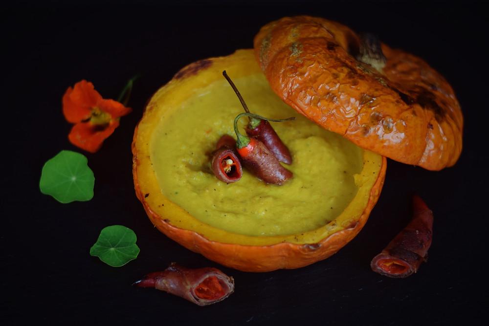 Dicke Kürbis-Paradeisersuppe mit Vulcanopfefferoni