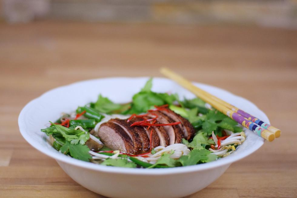 Scharfe Thai-Hühnersuppe mit knusprigem Entenfleisch