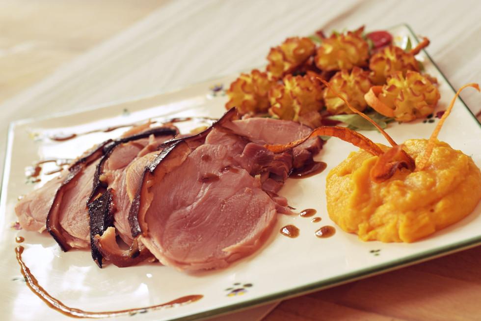 THUM's Ferkelbeinschinken mit Honig-Ingwerglasur, dazu Krenkroketten und Karottenpüree