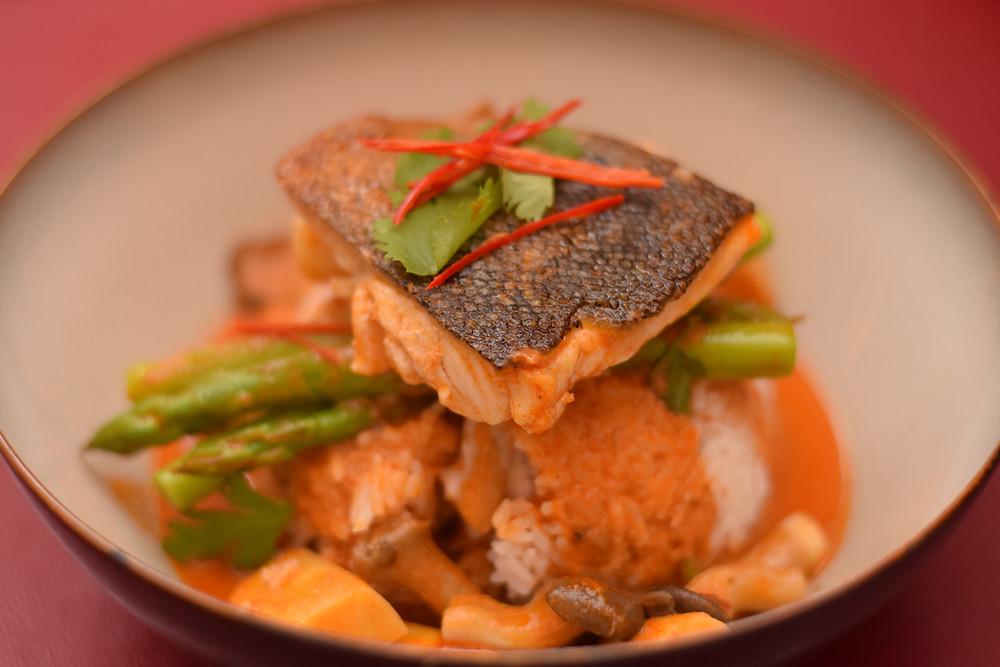 Rotes Thai-Fischcurry mit Bambus, Pilzen und Spargel