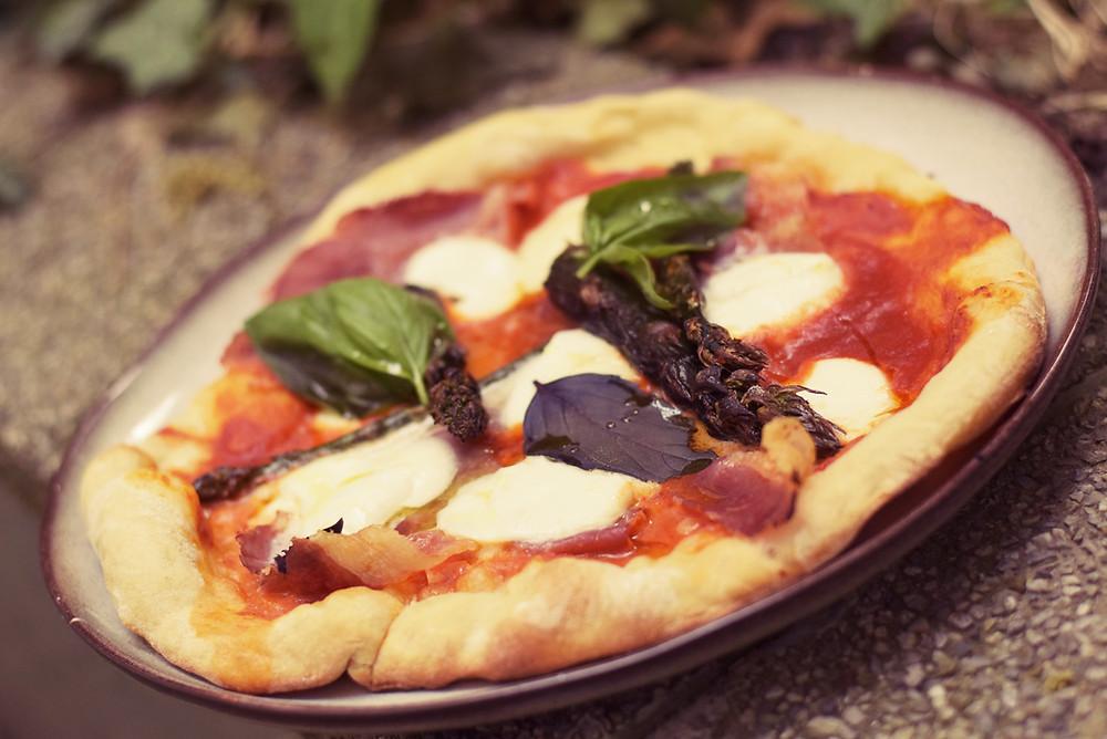 Neapolitanische Pizza mit Spargel und Beinschinken vom Grill