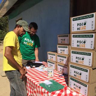 Voluntários organizando kits a serem ins