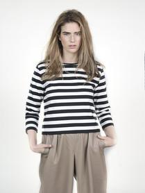 Modelo em Baggy Stripe Camisa e