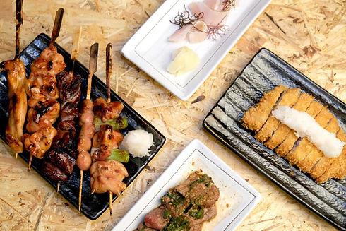 Verschiedene japanische Fleischgerichte auf Tisch