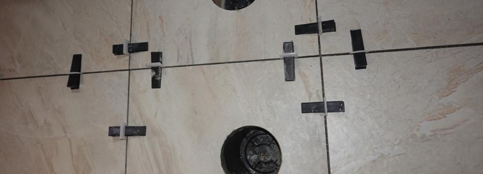 Pose des tuiles de céramique + percement pour les valve anti-retour et regard de nettoyage du drainage