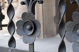 Restauración de balcones, barandillas, losas de piedra, cornisas