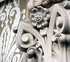 Pintura de fachadas, restauración de molduras y elementos ornamentales