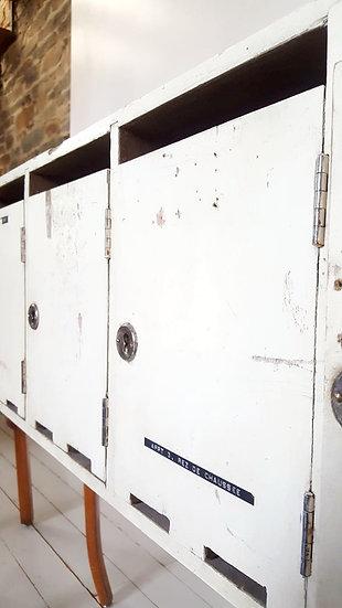 Anciennes enfilade de boites aux lettres