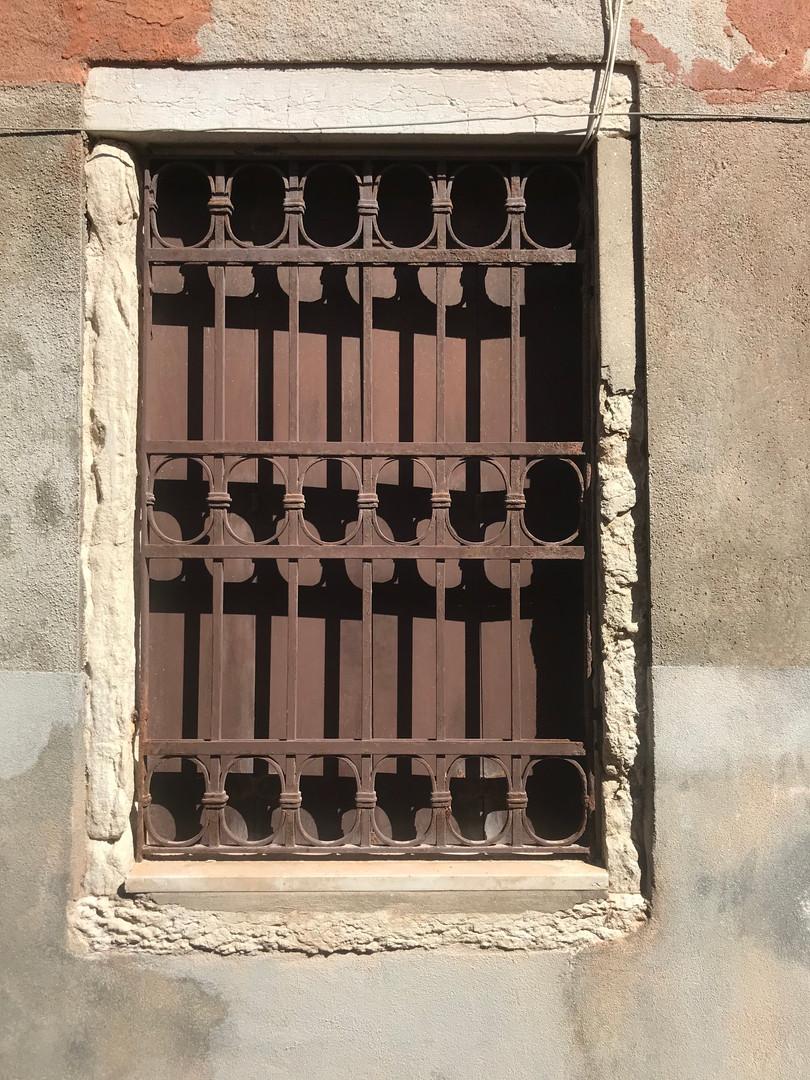 Veneza de janelas fechadas