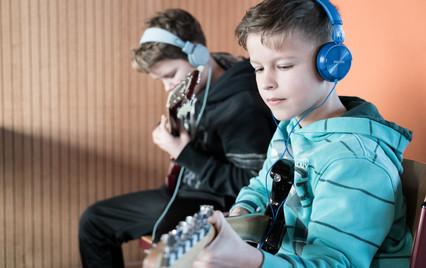 Die Filmschneiderei macht auch Bilder von gelehrigen Gitarristen