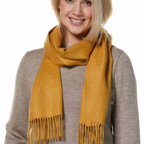 senffarbener Schal, Ansicht Frau