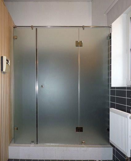 Душевая перегородка с распашной дверью.