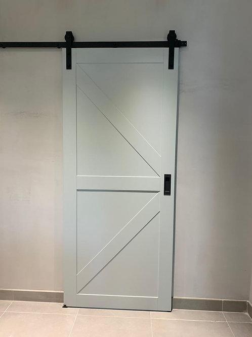 Амбарная дверь окрашенная на амбарном механизме. Ул. Кашенкин луг 8.