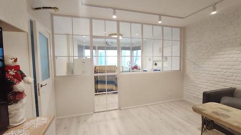 Зонирующая конструкция между кухней и гостиной.
