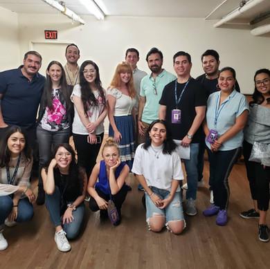 Alumnos y Lisa Dozier