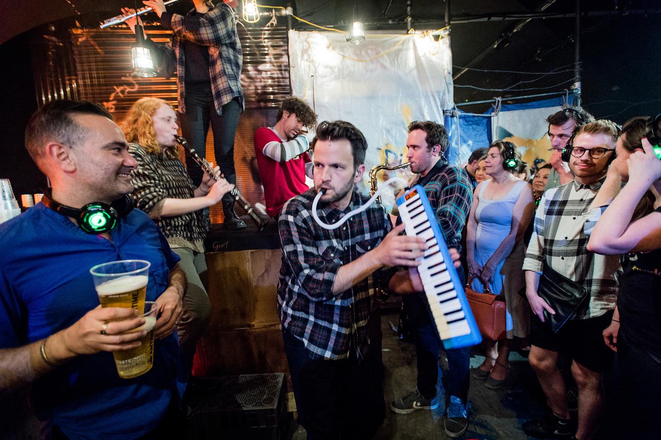 Buskers in bar.jpg