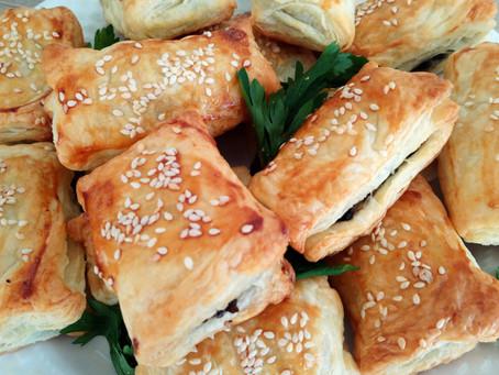Paszteciki z ciasta francuskiego z serem i pieczarkami