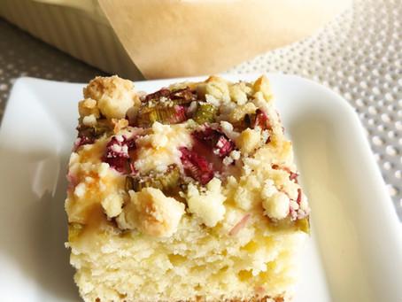 Ciasto łyżką mieszane z rabarbarem i kruszonką