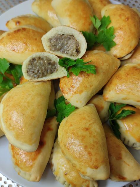 Pieczone pierożki drożdżowe z pieczarkami i serem