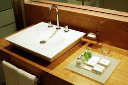 mesada baño madera laqueada