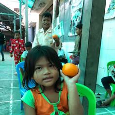 Stolz zeigen Kinder ihre Frucht