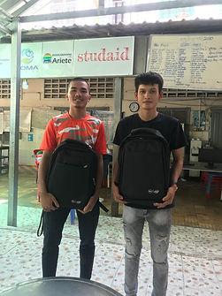 Sokkheng und Panha mit neuem Laptop.jpeg