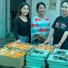 STUDAID Studentinnen verteilen Früchte