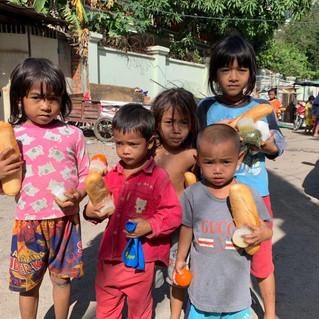 Verteilung der Lebensmittel an die Kinder in den Slums