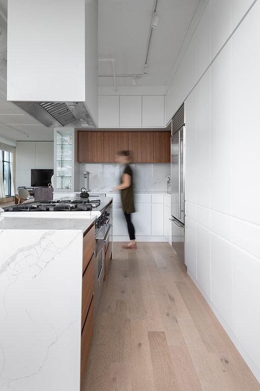 les-stéphanies-cuisine-blanc-contemporain-moderne-bois-marbre-chaleureux-noyer-industriel-chic-plancher-chêne-blanc