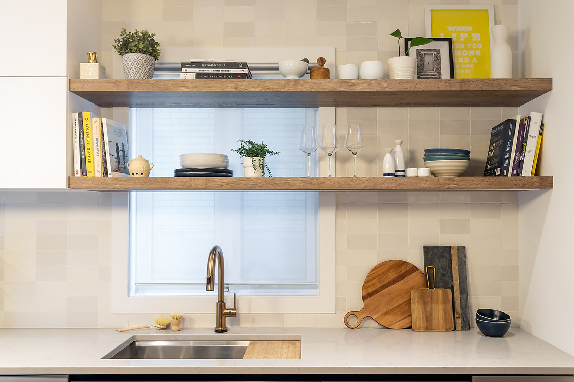 les-stéphanies-cuisine-blanc-contemporain-moderne-bois-chaleureux-quartz-chêne-blanc-tablettes-or-laiton-dosseret-céramique