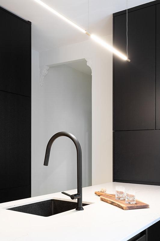 cuisine-noir-blanc-moderne-minimaliste-épurée-ligne-droite-classique-néoclassique-tabourets