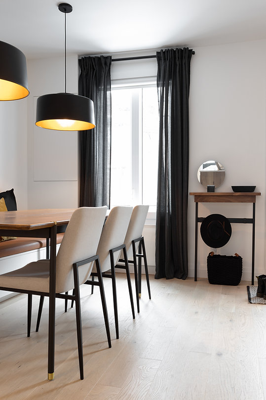 les-stéphanies-salle-à-manger-cadres-illustrations-blanc-contemporain-moderne-bois-chaleureux-noyer-plancher-chêne-blanc-coussins-chaise-luminaire-banquette-rangement-entrée-vide-poche