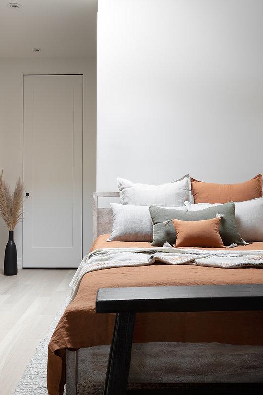 chambre-lit-confortable-cozy-coussins-décoration