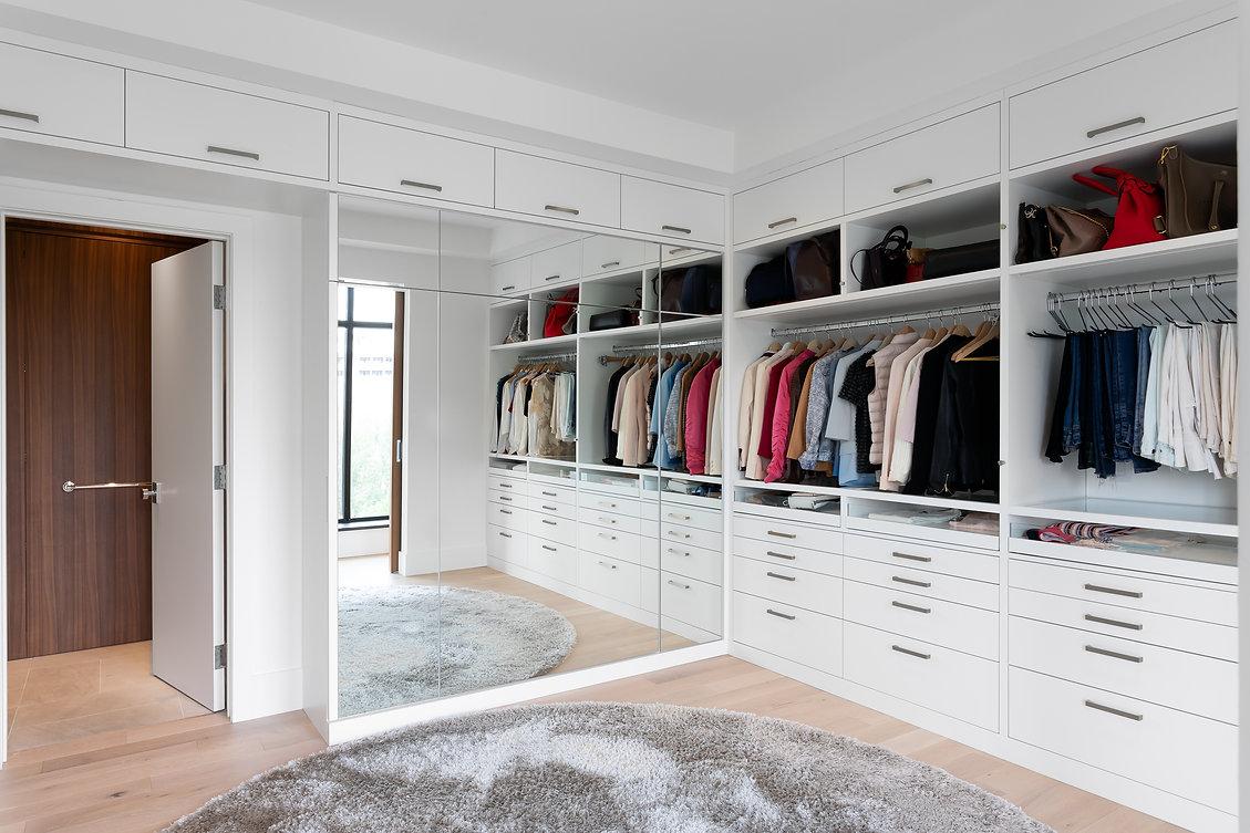 les-stéphanies-miroir-blanc-garde-robe-walk-in-rangement-lit-escamotable-caché-contemporain-moderne-bois-chaleureux-noyer-industriel-chic-plancher-chêne-blanc