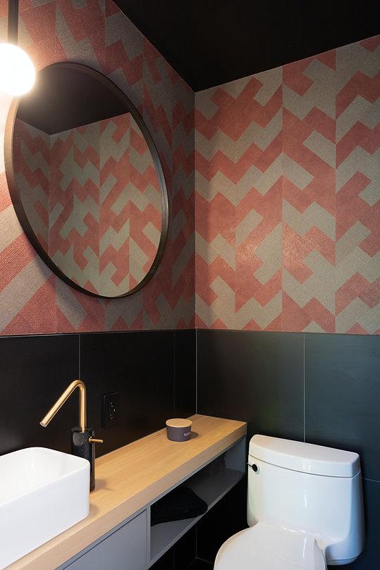 les-stéphanies-salle-d'eau-papier-peint-céramique-noir-miroir-laiton-robinet-sombre