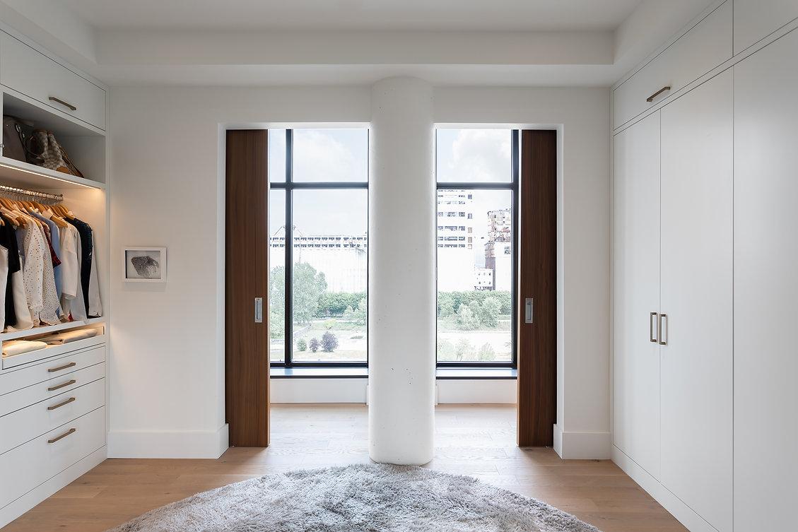 les-stéphanies-blanc-garde-robe-walk-in-rangement-lit-escamotable-caché-contemporain-moderne-bois-chaleureux-noyer-industriel-chic-plancher-chêne-blanc