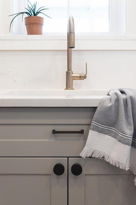 les-stéphanies-cuisine-blanc-contemporain-classique-moderne-noir-plante-armoires-gris-grise-greige-naturel-quartz-comptoir-dosseret-marbre-laiton-robinet