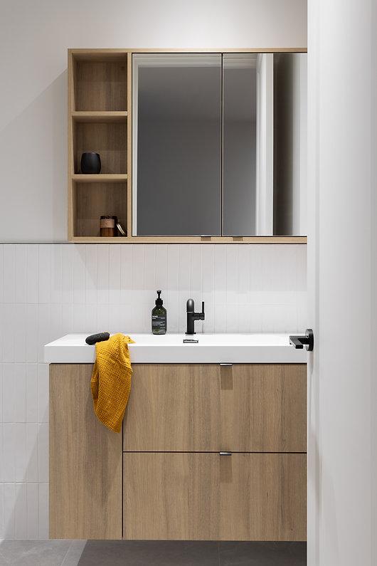 salle-de-bain-moderne-bois-blanc-accent-noir-pharmacie