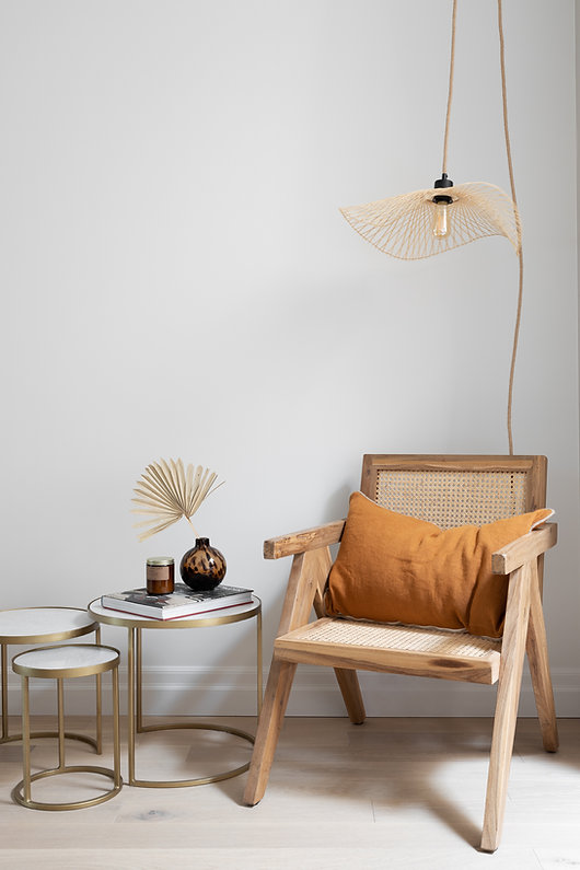 coin-lecture-fauteuil-rotin-table-d'appoint-lampe-moderne-laiton-cozy
