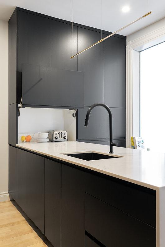 cuisine-noir-blanc-moderne-minimaliste-épurée-ligne-droite-classique-néoclassique-coin-déjeuner-quartz-bois-naturel-plancher