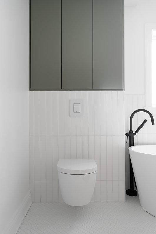 les-stéphanies-chaleureux-salle-de-bain-baignoire-tuile-motif-mosaique-chevron-herrignbone-noir-robinet-plomberie-noir-vert-céramique-toilette-murale-moderne-contemporain-classique