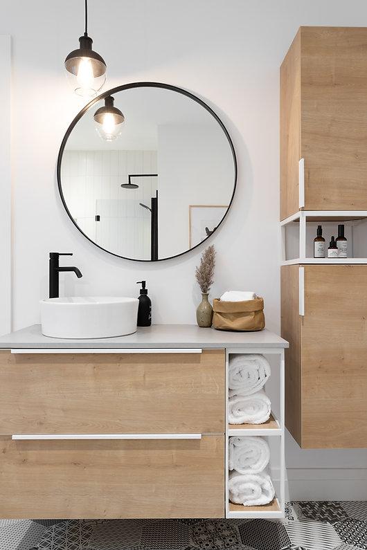 les-stéphanies-salle-de-bain-blanc-contemporain-moderne-bois-chaleureux-quartz-chêne-blanc-céramique-motif-hexagone-tuiles-panier-osier-luminaire-miroir-robinet-noir