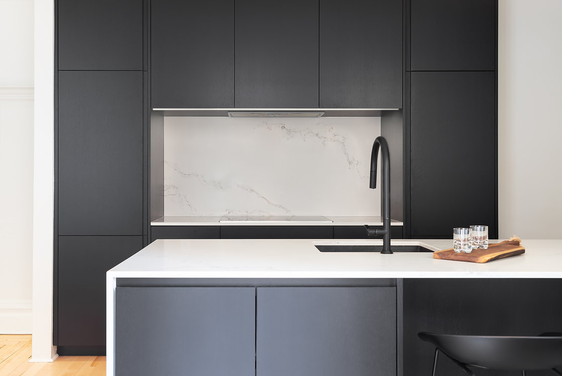 cuisine-noir-blanc-moderne-minimaliste-épurée-ligne-droite-classique-néoclassique-tabourets-plancher-bois-naturel