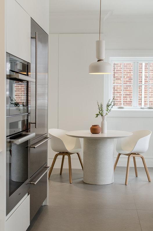 les-stéphanies-luminaire-andlight-table-béton-concrete-table-white-moderne-modern-cuisine-blanche