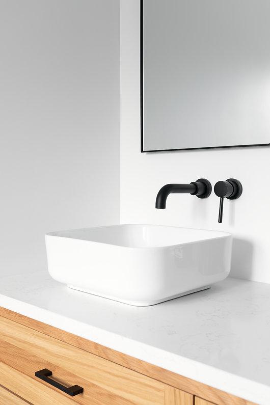 les-stéphanies-chaleureux-salle-de-bain-vanité-chêne-blanc-bois-robinet-noir-miroir-lavabo-porcelaine-quartz
